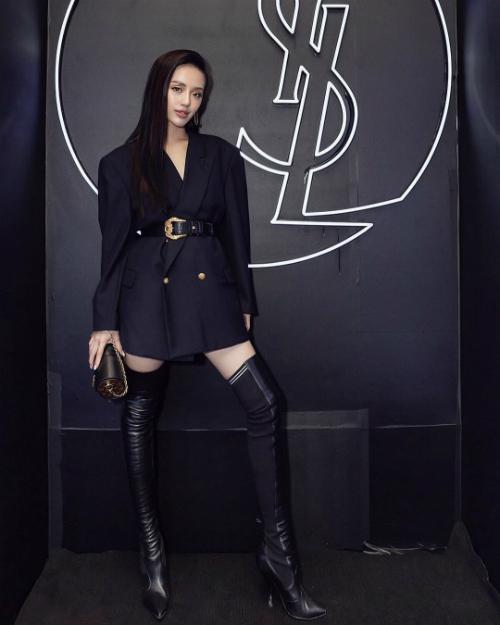 Tham dự một sự kiện, Khánh Linh mặc bộ vest cách điệu của YSL. Đi kèm là phụ kiện đắt giá với túi Glasses Case của Louis Vuitton có giá gần 50 triệu đồng và boots cao cổ của Fendi có giá gần 40 triệu đồng.