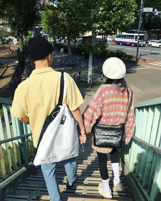 Cặp đôi nắm tay ngọt ngào trong buổi hẹn hò.