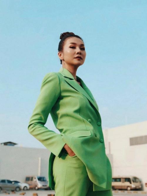 Thanh Hằng lạnh lùng, kiêu sa khi diện bộ suit theo phong cách menswear quen thuộc.