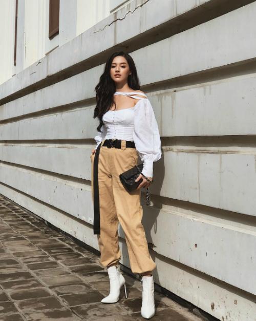 Cập nhật street style trên trang cá nhân, mỗi bức hình của Khánh Linh thu hút hàng ngàn lượt yêu thích. Trong hình, cô dùng chiếc túi CC Filigree Vanity Case của Chanel có giá hơn 100 triệu đồng để mix cùng áo trễ vai và quần thụng hợp trend.