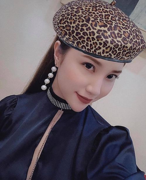 Hạnh Sino khoe khéo chiếc mũ họa tiết da báo mà cô vừa tìm ra. Thực chất, đây là sản phẩm của một phần mềm photoshop ảnh.