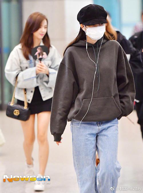 Sau khi hoàn thành lịch trình, Black Pink trở về Hàn. Jennie bị ốmnên dùng khẩu trang, mũ beret che gần hết khuôn mặt. Áo hoodie, quần jeans ống rộng giúp nữ ca sĩ giữ ấm, tạo sự thoải mái.