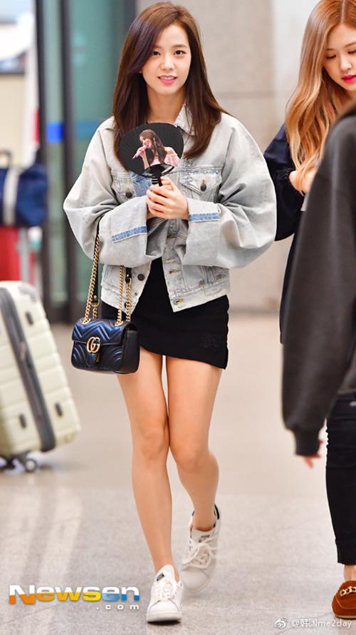 Ji Soo luôn xuất hiện với hình ảnh nữ tính, phong cách như nữ sinh với áo khoác denim, chân váy ngắn và tạo điểm nhấn bằng túi Gucci.