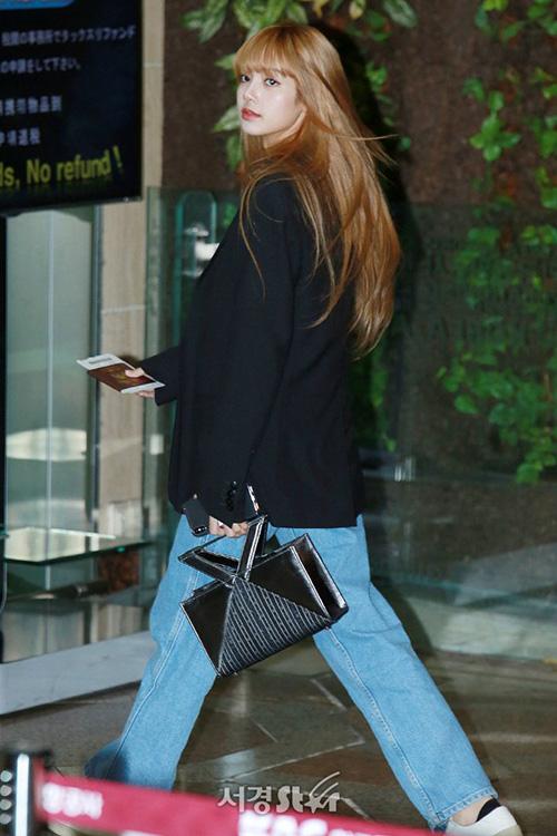 Blazer, áo vest chính thức lên ngôi khi thời tiết chuẩn bị vào đông. Lisa nhấn nhá cho set đồ bằng kiểu túi độc lạ, có giá hơn 11 triệu đồng.