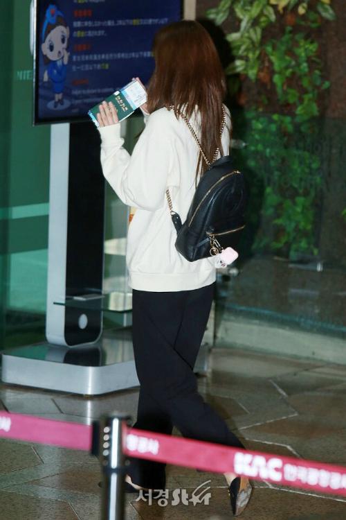 Ji Soo đáng yêu với chiếc balo nhỏ xinh và móc khóa xì tin khi ra sân bay.