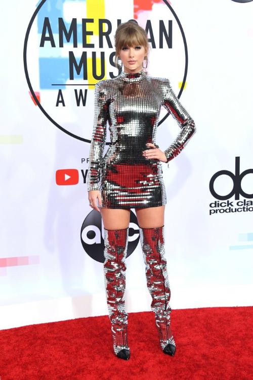 Cô nàng nổi bật trên thảm đỏ, thu hút mọi ánh nhìn khi diện bộ đầm theo phong cách disco thập niên 80 chói lóa.
