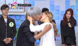 Khoảnh khắc chết cười khi idol Kpop chơi chuyền giấy bằng miệng