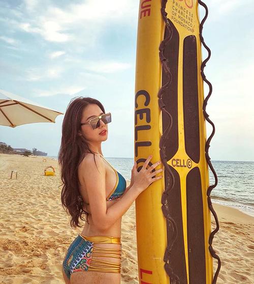 Phanh Lee diện bikini cắt xẻ táo bạo khoe thân hình gợi cảm trên biển.
