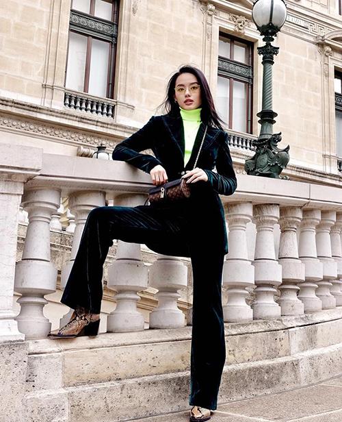Khánh Linh The Face chứng minh khả năng chinh phục những kiểu mốt khó như suit nhung già dặn, áo cổ lọ xanh chuối...