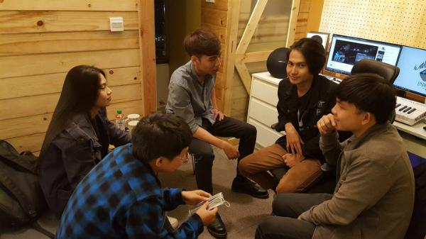 Nguyễn Trọng Tài (áo đen, thứ hai từ trái qua) và các bạn của mình.