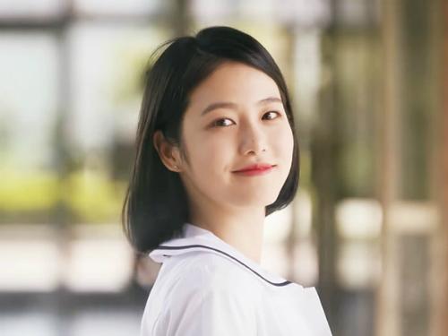 Nhờ bộ phim tình cảm học đường A- Teen, Shin Ye Eun là tên tuổi mới nổi của làng điện ảnh xứ Hàn. Cô nàng sinh năm 2000, là thực tập sinh của JYP. Trước khi đóng phim, Ye Eun từng nổi tiếng vì là ulzzang của trường nghệ thuật Hanlim.