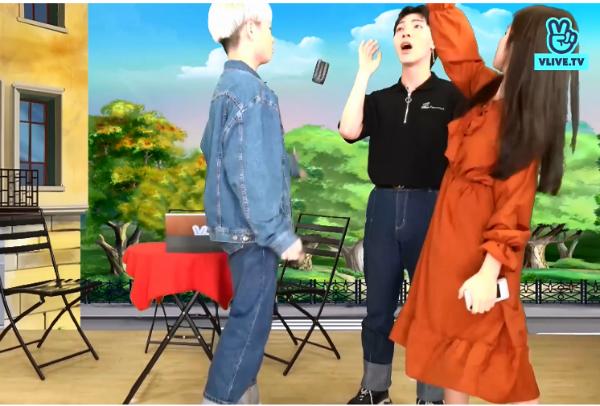 Trong lúc đôi co, tranh cãi, Erik đã rút điện thoại ra nhằm gọi cho bố mẹ Hòa Minzy để xác thực. Ở phân cảnh này, cả ba ca sĩ hài hước diễn lại hành động hất điện thoại nổi tiếng trong phim Hậu duệ mặt trời.