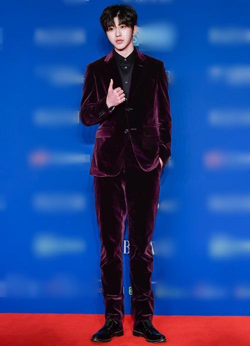 Chàng idol Thái Từ Khôn chọn vest nhung khoe chân dài thẳng tắp.