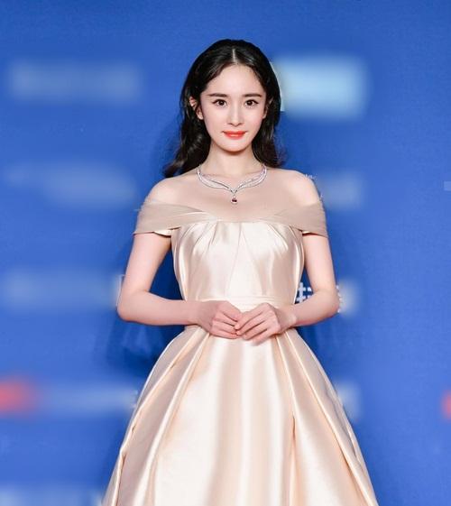 Dương Mịch diện đầm trễ vai xinh như công chúa với phong thái điềm đạm, đáng yêu.