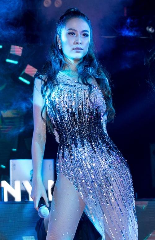 Hoàng Thùy Linh có màn trình diễn sôi động. Cô đang chuẩn bị cho sự quay trở lại con đường âm nhạc của mình vào ngày 16/10 với MV Fall In Love.