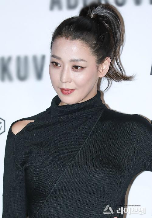 Nhan sắc trẻ trung của người đẹp sinh năm 1975 cũng gây ấn tượng với công chúng Hàn.