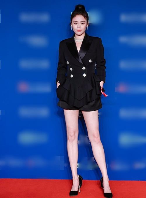 Ảnh hậu Mã Tư Thuần xuất hiện đầy cá tính với cây đen, phong cách trưởng thành khoe đôi chân thon.