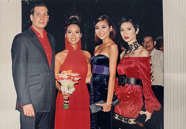 Xuân Lan khiến fan thích thú khi khoe ảnh chụp 12 năm trước. Lúc đó đang là thời kỳ đỉnh cao của cô và siêu mẫu Bằng Lăng (thứ hai từ trái sang), còn Thanh Hằng thì mới vào nghề.