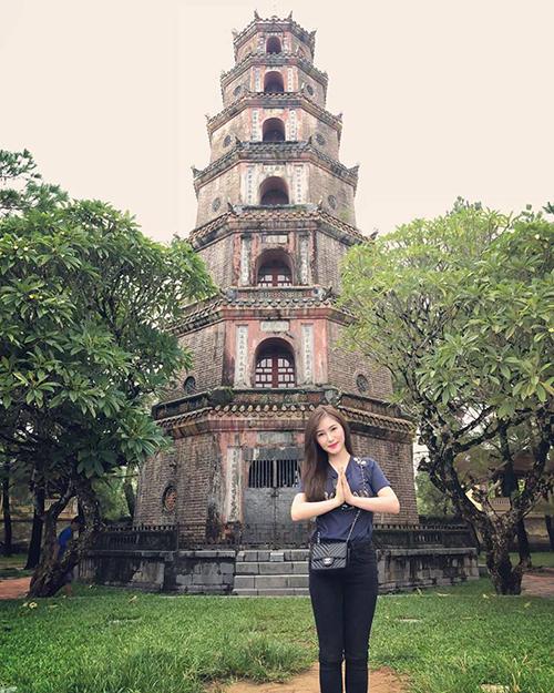 Hương Tràm đến Huế tranh thủ ghé thăm chùa Thiên Mụ tham quan, chụp hình.