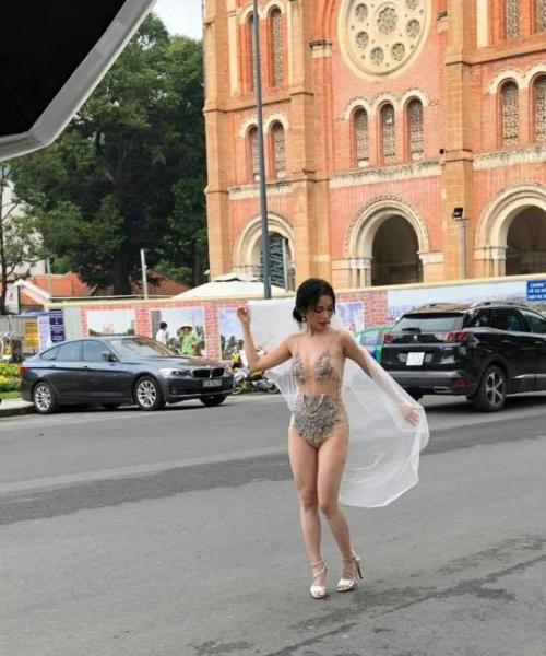 Hình ảnh hậu trường của Sĩ Thanh được cộng đồng mạng lan truyền.