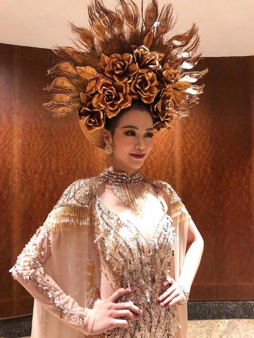 Á hậu Phương Khánh ở phần thi trang phục dân tộc.