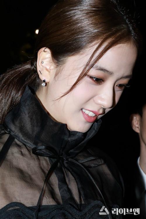 Gương mặt đẹp không tì vết của Ji Soo ngay lập tức gây sốt mạng xã hội và báo chí Hàn Quốc. Đông đảo netizen cònnhận xét, nữ ca sĩ sở hữu khí chất đẳng cấpcủadiễn viên.