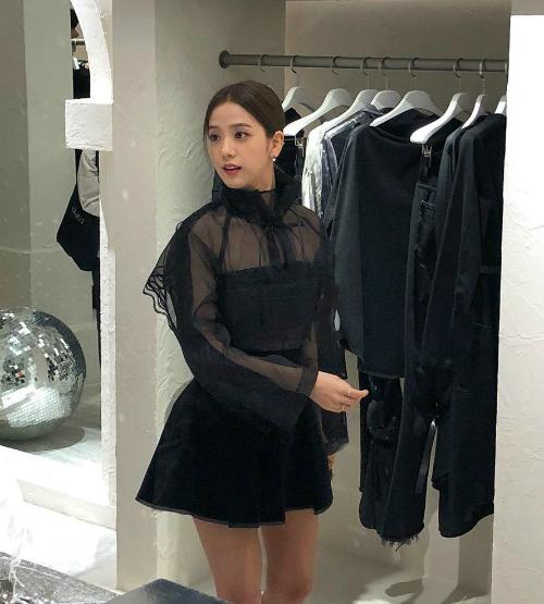 Trong bức ảnh được fan chụp vội, nhan sắc Ji Soo vẫn là cực phẩm.