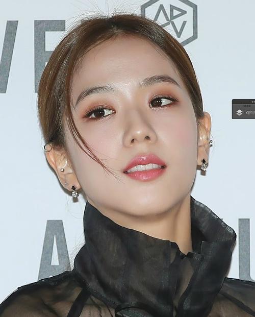 Style trang điểm nhẹ nhàng cùng kiểu tóc phù hợp càng tôn thêm vẻ đẹp của Ji Soo. Sau khi xuất hiện, Ji Soo đã lọt top tìm kiếm tại Naver, được hơn 90 trang báo tại Hàn đăng bài khen ngợi.