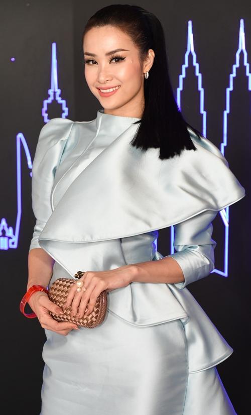 Sau chuyến lưu diễn thành công tại ASEAN - Japan Music Festival 2018 ở Nhật Bản, Đông Nhi đã về nước và tiết lộ kế hoạch kỷ niệm 10 năm ca hát. Cô sẽ tổ chức một bữa tiệc âm nhạc chào đón sinh nhật vào ngày 13/10 ở TP HCM. Trước giờ G của sự kiện này, Đông Nhi vẫn miệt mài chạy show. Ngày 11/10 cô có mặt tại Malaysia để tham dự một sự kiện.
