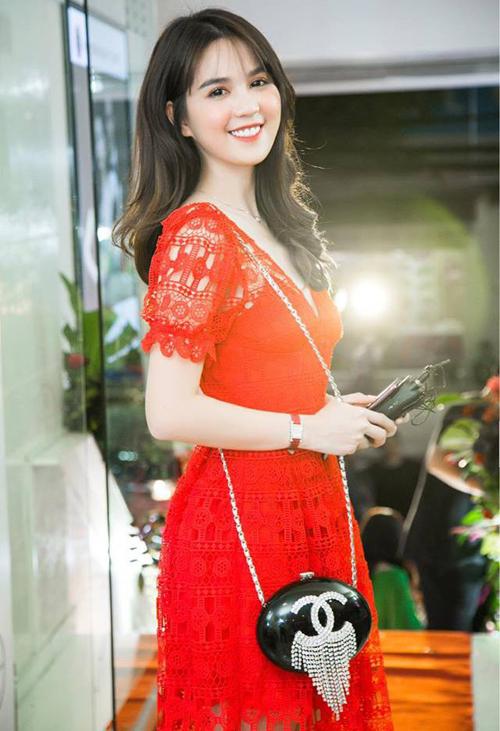 Trước Sĩ Thanh, Ngọc Trinh là sao Việt đầu tiên chịu chi mạnh để sắm chiếc túi chỉ đựng đủ thỏi son mà có giá rất đắt đỏ này.