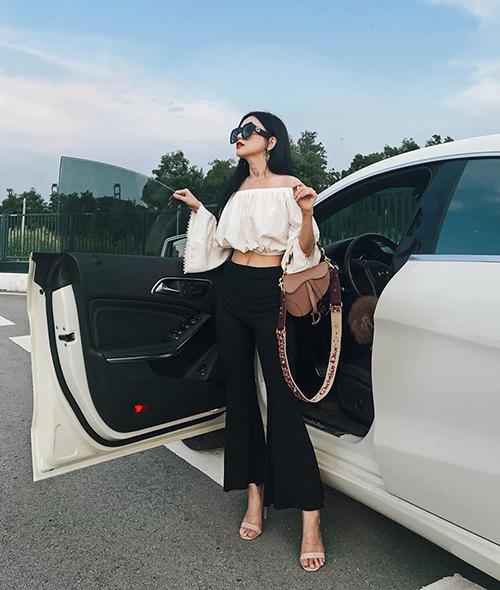 Việc chi hàng trăm triệu đồng để sắm túi xách cho thấy bước tiến mới của Sĩ Thanh về phong cách. Thời gian gần đây, từ một người đẹp mê hàng bình dân, Sĩ Thanh chuyển qua đầu tư mạnh để sắm những chiếc túi xách đắt đỏ. Trong hình, cô nàng rất kiêu kỳ với mẫu túi Saddle của Dior, có giá khoảng 50 triệu đồng. Riêng chiếc quai đeo túi tinh xảo cũng có giá lên tới 40 triệu đồng.