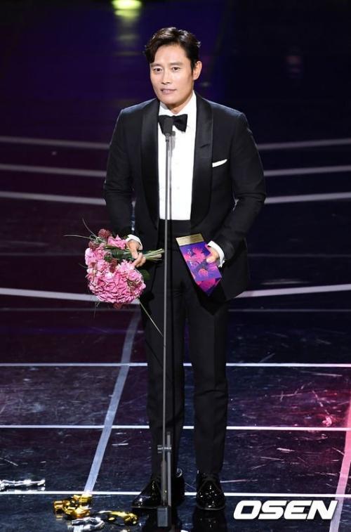 Lee Byung Hun là ngôi sao sáng nhất lễ trao giải APAN 2018.