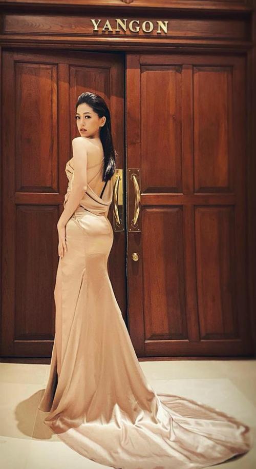 Bộ váy hai người đẹp diện là một sản phẩm của NTK Võ Thanh Can. Chất liệu vải bóng đan xen cùng những đường may tinh tế tạo hiệu ứng nổi bật cho các người đẹp khi diện.