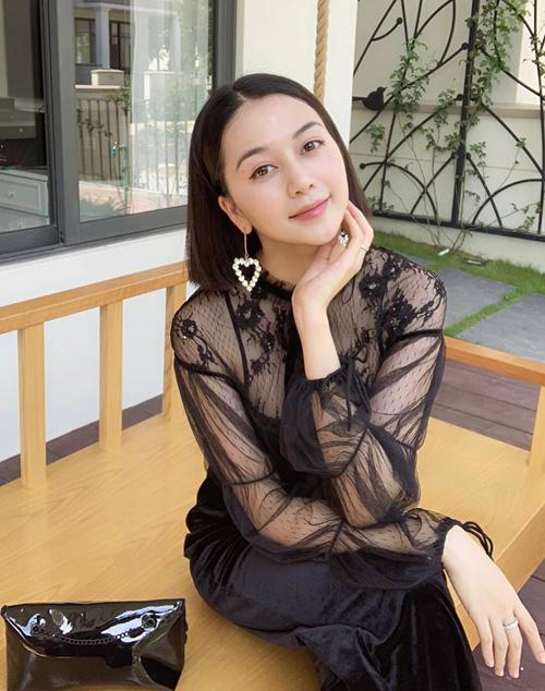 Thiều Bảo Trang khiến nhiều người ghen tỵ với làn da trắng hồng không tì vết.
