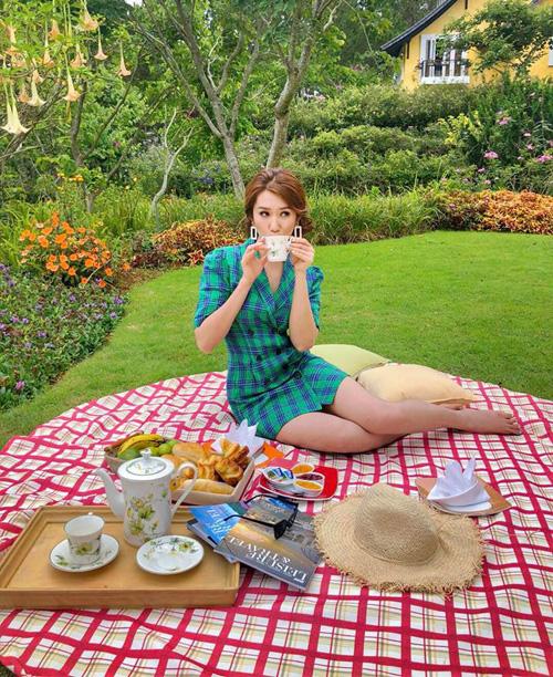 Thúy Ngân như một cô tiểu thư sang chảnh khi đi picnic, thưởng trà trong vườn biệt thự.