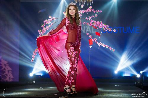Đại diện Trung Quốc có gương mặt quá to, không cân đối với vóc dáng. Trang phục dân tộc xuyên thấu của cô cũng bị đánh giá kệch cỡm, phản cảm.