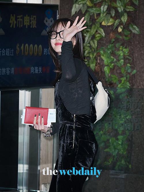 Chiếc áo quá mỏng, xuyên thấulàm hại Na Yeon, khiến nữ ca sĩ lộ nội y họa tiết da báo.