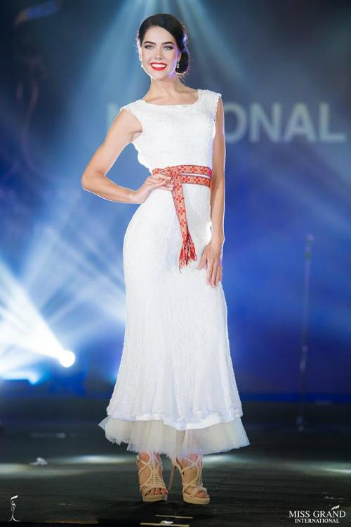 Miss Grand Estonia sở hữu khuôn mặt lệch, bắp tay khá thô.