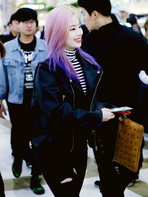 Mái tóc ombre tím giúp Da Hyun nổi bần bật ở sân bay. Áo khoác da, áo kẻ ngang cổ lọ là set đồ cơ bản những chẳng bao giờ lỗi mốt.