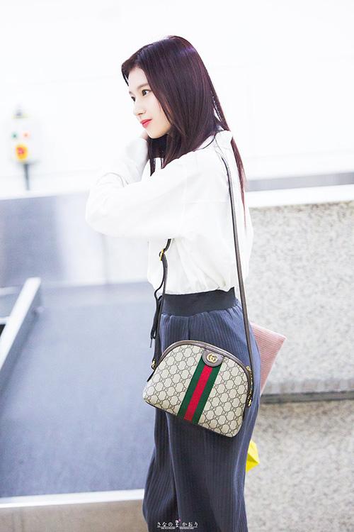 Những phụ kiện của thương hiệu Gucci được lòng nhiều idol vì tính thời thượng. Sana chọn một chiếc túi quai đeo để tạo điểm nhấn cho trang phục.