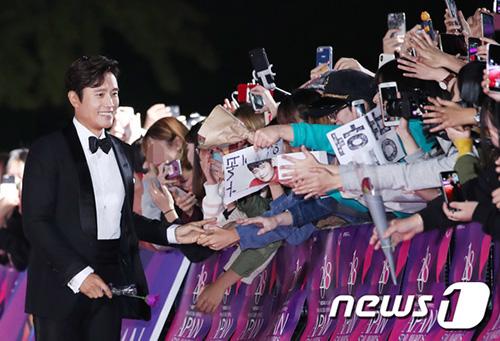 Nam diễn viên Lee Byung Hun được đám đông chào đón khi tiến vào thảm đỏ.
