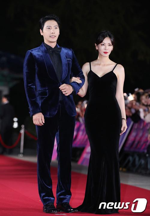 Cặp vợ chồng Lee Sang Woo - Kim So Yeon đẹp đôi sánh bước bên nhau. Nữ diễn viên đã 37 tuổi nhưng vẫn giữ được hình thể đồng hồ cát đáng ngưỡng mộ.