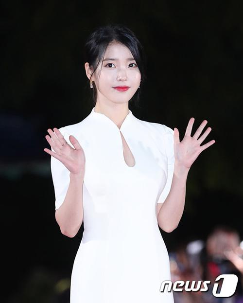 Thảm đỏ lễ trao giải APAN Star Awards diễn ra tối ngày 13/10 thu hút sự quan tâm của khán giả nhờ dàn khách mời hùng hậu. IU đẹp xuất sắc trong mẫu váy liền trắng trang nhã.