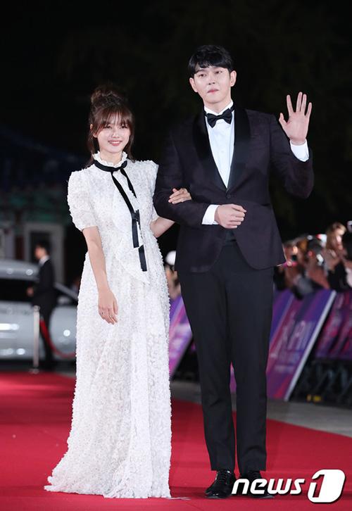 Kim Yoo Jung sánh bước bên nam diễn viên sinh năm 1987 Yoon Kyun Sang.