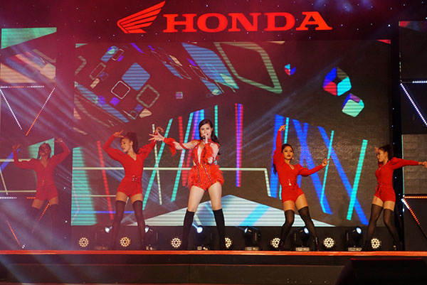 Đông Nhi biểu diễn trong chương trình ca nhạc của Đông Nhi.