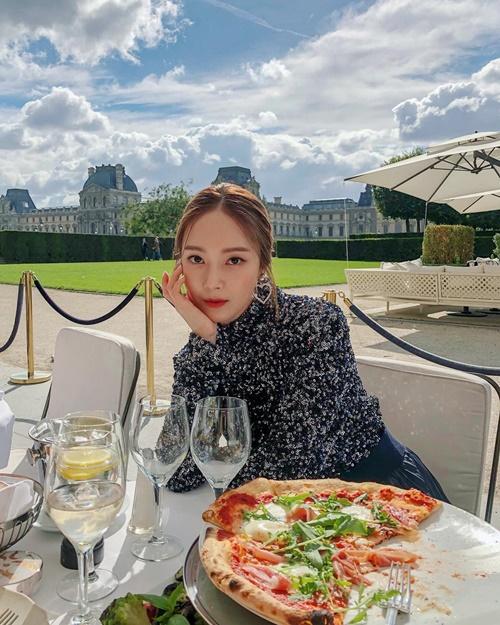Jessica ngồi thưởng thức pizza với phong cách sang chảnh ở Paris.