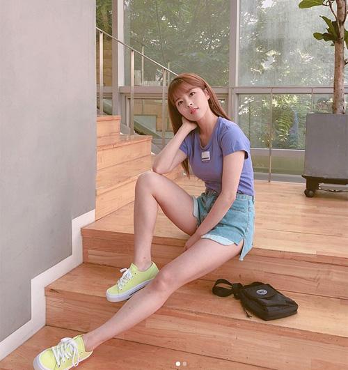 Tuy có chiều cao khiêm tốn nhưng Min Do Hee lại sở hữu hình thể cân đối. Cùng với gương mặt trong sáng như nữ sinh, cô gái 24 tuổi không khó để mặc đẹp chẳng kém các chân dài.