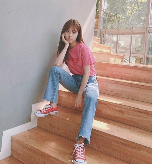 Phong cách quen thuộc của Min Do Hee là trẻ trung, năng động. Vóc dáng nhỏ bé là một lợi thế để nữ diễn viên luôn trông trẻ trung hơn tuổi mỗi khi ăn vận nhẹ nhàng ra phố.