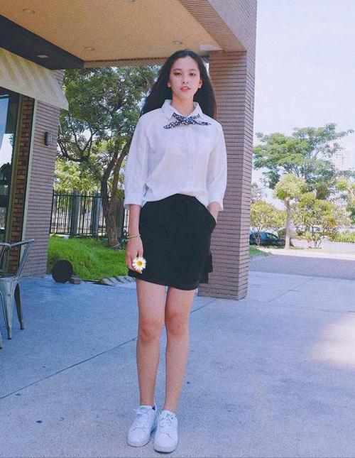 Trước khi đăng quang hoa hậu, Tiểu Vy là một cô nữ sinh 18 tuổi, có phong cách ăn mặc đời thường năng động, trẻ trung như bao bạn bè cùng trang lứa. Cô nàng thường xuyên đi học hay xuống phố với các kiểu quần áo gọn gàng, kết hợp giày thể thao. Trong số đó có một đôi giày Tiểu Vy đặc biệt yêu thích là đôi sneakers màu trắng, đến từ một thương hiệu thời trang bình dân.