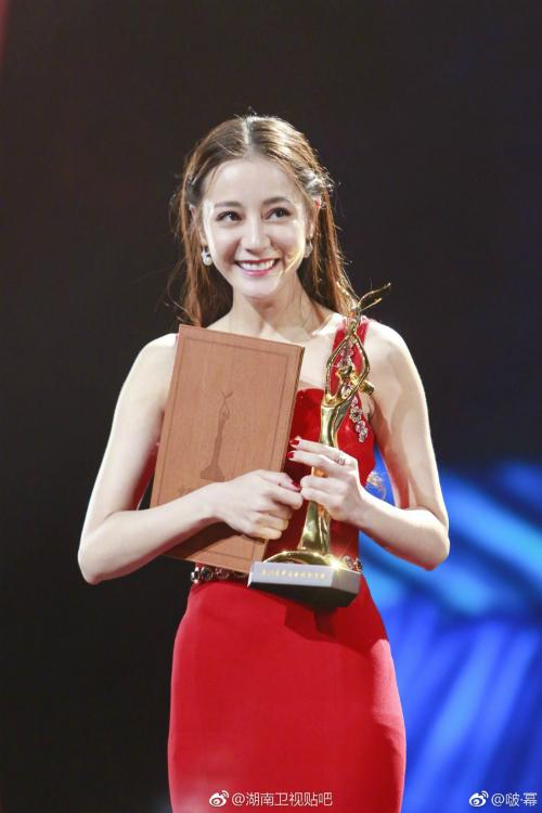 Địch Lệ Nhiệt Ba thắng lớn với 3 giải thưởn ở Kim Ưng.